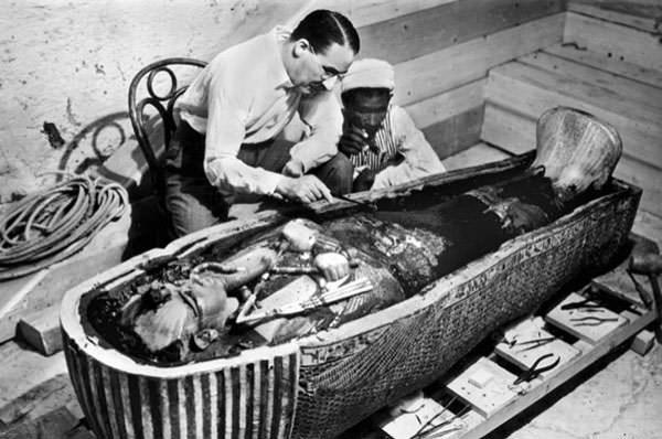 egyptologist-howard-carter-examining-tutankhamuns-mummy-in-february-1923