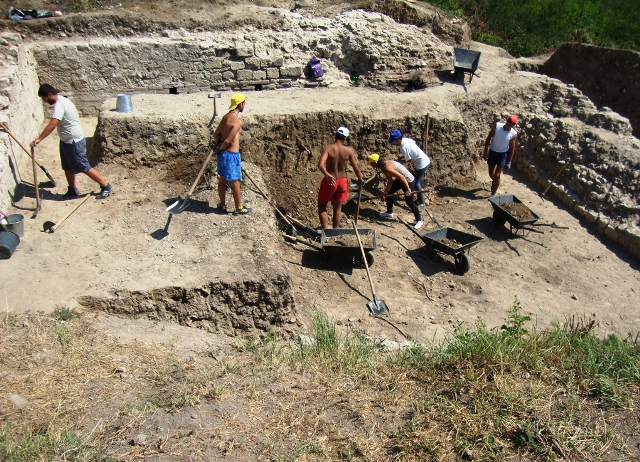 The 2014 excavations of the Roman fortress and road station Ad Putea. Photos: Pleven Regional Museum of History