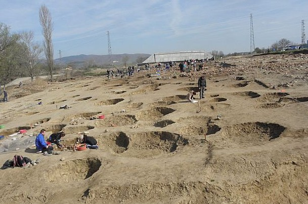 About 20 Ancient Thracian ritual pits from the 6th-1st century BC have been discovered on the site of the 8,000-year-old Early Neolithic city found in 2014 near Mursalevo. Photo: BGNES