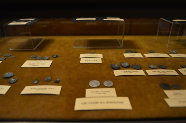 Before they were turned over to the Sliven Regional Museum of History, the 386 archaeological artifacts and coins seized from two local treasure hunters were shown at the Court House in Bulgaria's Sliven in an improvised exhibit. Photo: Sliven Municipality