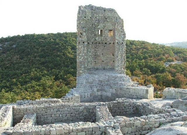 One of the towers of the ancient and medieval Thracian, Roman, and Bulgarian fortress in the rock city of Perperikon is still standing, as viewed before its restoration. Photo: Haskovo Tourist Information Center