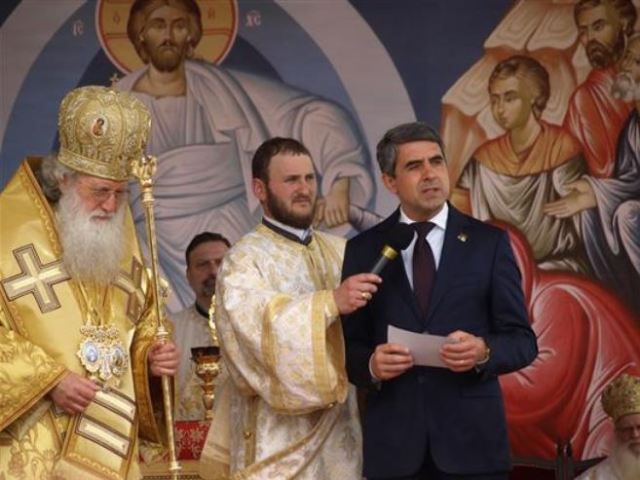 Bulgarian President Rosen Plevneliev speaking next to Patriarch Neofit during the service for the 1150th anniversary of Bulgaria's adoption of Christianity, amidst the ruins of the 9th century Great Basilica in the then Bulgarian capital Pliska. Photo: Darik Shumen