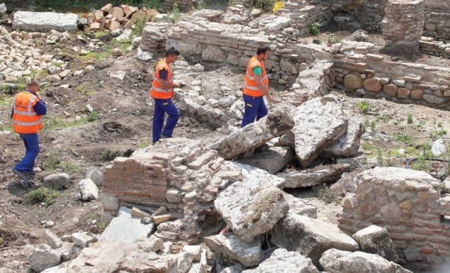 Construction workers amidst the ruins of the Ancient Thracian and Roman city of Serdica, in the downtown of the Bulgarian capital Sofia. The ruins are supposed to become an open air museum by the end of October 2015. Photo: Presa daily