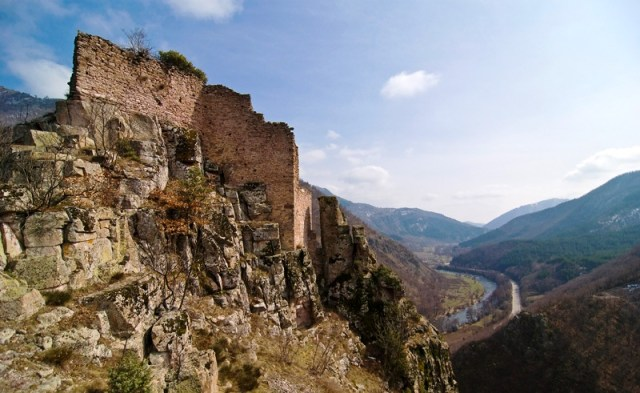 The ruins of the Momina Krepost (Maiden's Fortress), also known as Devingrad (Virgins' Town), in Tarnovgrad (today's Veliko Tarnovo), capital of the Second Bulgarian Empire (1185-1396 AD). Photo: MyVelikoTarnovo.com