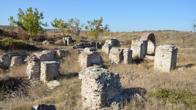 Only a small part of the originally well preserved ruins of the Ancient Roman Danube colony of Ratiaria in Northwest Bulgaria is left standing as a result of the rampant treasure hunting and looting there since 1991. Photo: Radio Vidin