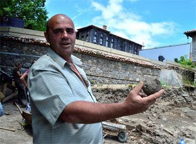 Dimitar Nedev, Director of the Sozopol Museum of History, shows a stone projectile (cannonball, roundshot) discovered in the rescue excavations of an burned down house in the Old Town of Bulgarian Black Sea resort Sozopol. Photo: 24 Chasa daily