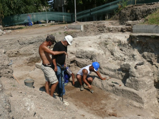 A photo from the ongoing rescue excavations in the Bulgarian Danube town of Lom which have discovered the western gate of the Ancient Roman city of Almus, and have found that the fortifications were reconstructed by the Ottomans in the Late Ottoman period. Photo: archaeologist Valeri Stoichkov
