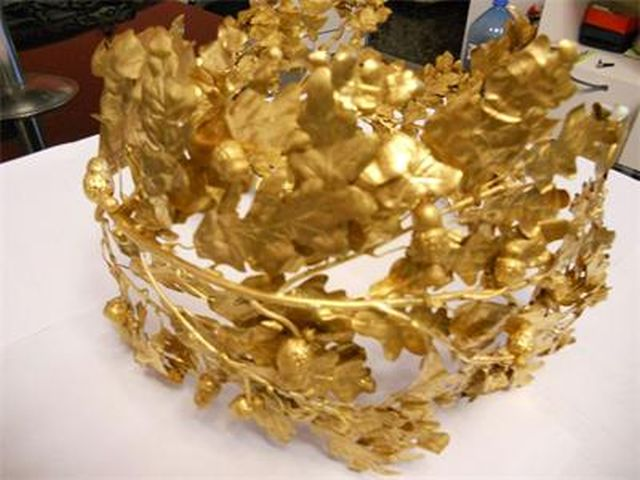 A forged replica of an Ancient Thracian golden laurel wreath is offered on Bulgaria's black market for EUR 50,000-60,000. Photo: Interior Ministry / 24 Chasa daily