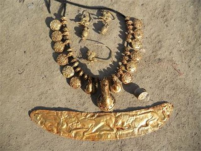 This fake Thracian treasure consisting of a breastplate and decorations such as earrings is offered for sale by a forger from Bulgaria's Haskovo District (it is of course presented as a real treasure) for the price of EUR 200,000. Photo: Interior Ministry / 24 Chasa daily