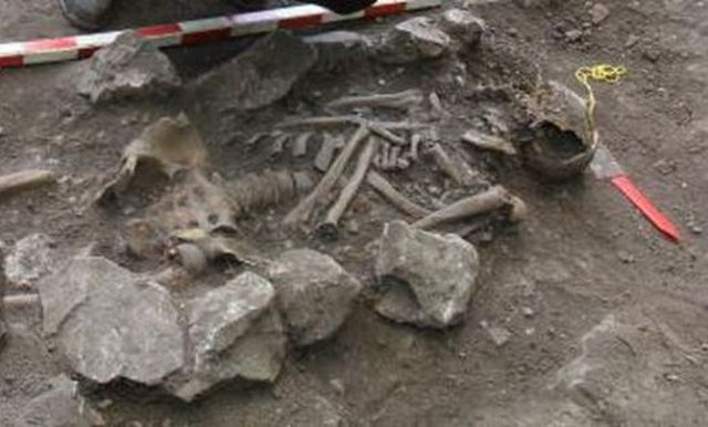 The skeleton of an elderly Christian man of large size - 1.82 cm (app. 6 feet) tall - has been found in a medieval necropolis from the period of the Second Bulgarian Empire (1186-1396 AD) in the Vratitsa (Gradishte) Fortress in Bulgaria's Vratsa. Photo: Blitz