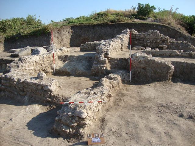 This photo shows the 2015 summer excavations of the ruins of the Ancient Roman fortress and road station Ad Putea in Riben in Northern Bulgaria. Photo: Pleven Regional Museum of History Facebook Page