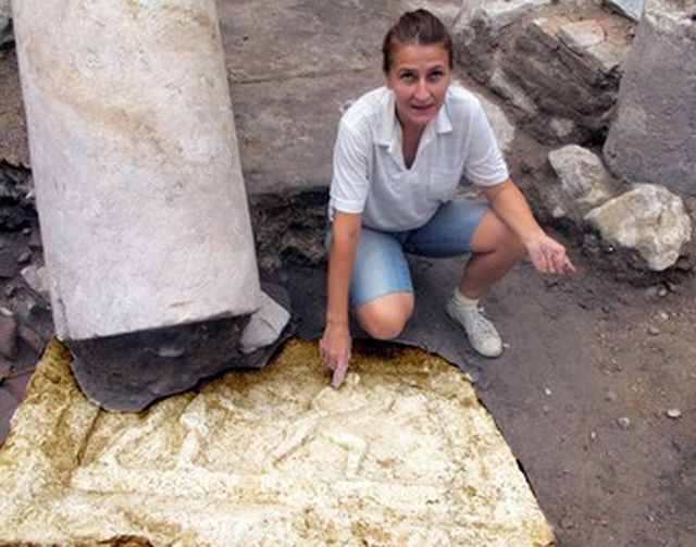 Archaeologist Maria Kamisheva from the Stara Zagora Regional Museum of History shows the newly found gladiator relief from a Roman temple frieze in the ancient city of Augusta Traiana in Bulgaria's Stara Zagora. Photo: Duma daily