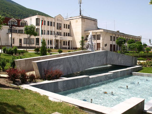 A view of the town hall of the southwestern Bulgarian spa resort of Sapareva Banya. Photo: Edal, Wikipedia