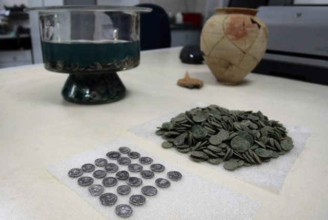 This treasure of almost 3,000 silver Ancient Roman coins from the 1st-2nd century AD has been found in a clay vessel during excavations of the ruins of ancient Serdica in the downtown of the Bulgarian capital Sofia. Photo: BGNES