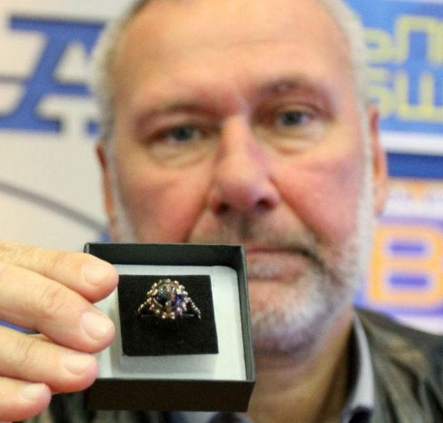 Archaeologist Nikolay Ovcharov shows the medieval obsidian gemstone ring found in Bulgaria's Perperikon. Photo: Novinar daily