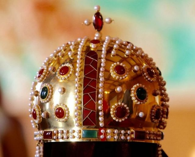 The newly unveiled replica of the crown worn by the Tsars from the Second Bulgarian Empire; the crown was a present to Tsar Kaloyan by Pope Innocent III made in 1204 AD. It vanished in 1395 after Bulgaria's invasion by the Ottoman Turks. The replica crown is made of 1.5 kg and precious stones. Photo: bTV