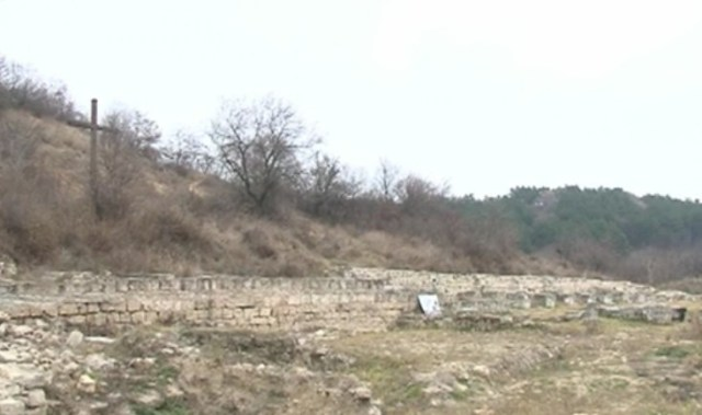 The ruins of the Knyazheski Monastery near Bulgaria's Varna, with the newly erected cross visible in the background. Photo: TV grab from bTV