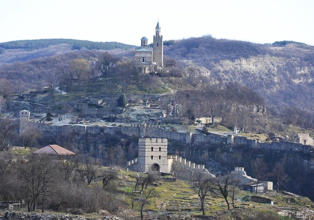 This photo shows a view of both the Trapesitsa Hill Fortress (in the foreground) and the Tsarevets Hill Fortress (in the background) in Bulgaria's Veliko Tarnovo. Tsarevets has seen much greater archaeological restorations than Trapesitsa as visible from the ruins. The Yantra River runs in the gorge between the two hills which is barely visible in this photo. Photo: Veliko Tarnovo Municipality