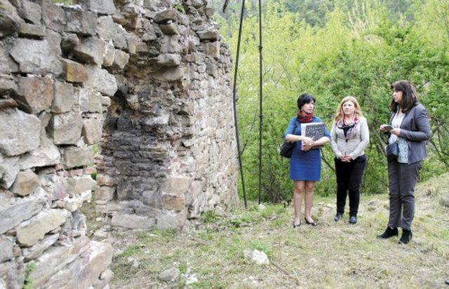 Norwegian Ambassador to Bulgaria H. E. Guro Katharina H. Vikør (first on the right) visiting the site of the ruins of Tsar Shishman's Bath in Veliko Tarnovo. Photo: Yantra Dnes daily