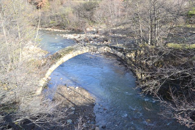 These 2014 photos show the now destroyed Roman arch bridge on the Peshterska River. Back in 2014, the bridge was partly destroyed by the treasure hunters, with the Roman road collapsing partly along its length, but the arch still survived. Photos: Perperikon.info