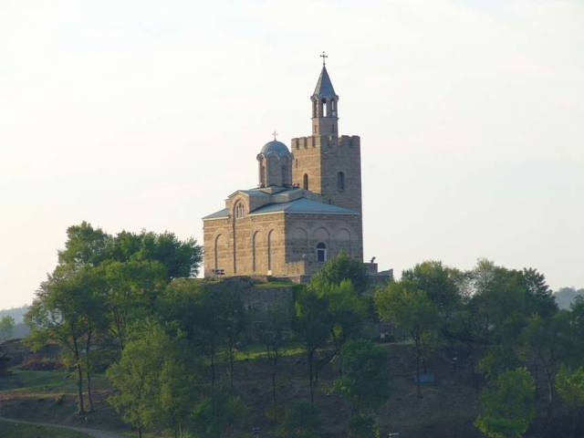 The building of the restored cathedral of the Patriarchate of the Second Bulgarian Empire tops the Tsarevets Hill citadel in Veliko Tarnovo. Photo: Veliko Tarnovo Regional Museum of History