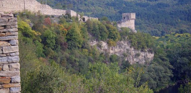 Bulgaria's Veliko Tarnovo Cleans Up Illegal Dumpsite at Tsarevets Hill Fortress