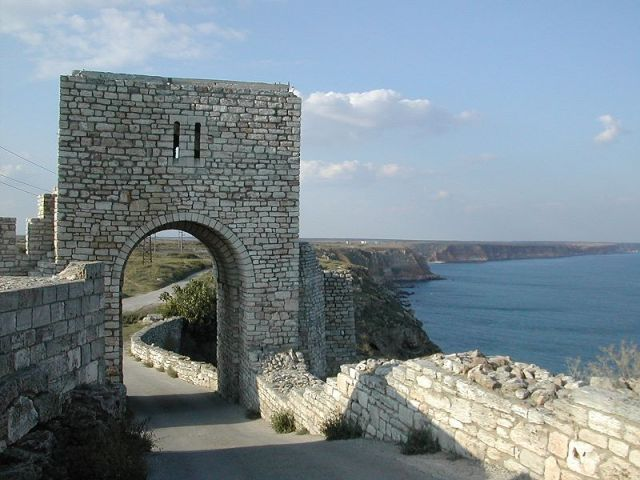 A restored fortress gate at the Kaliakra Cape Fortress as viewed from the inside, in the northern direction, with the clearly visible rocky Black Sea coast. Photo: Spiritia, Wikipedia