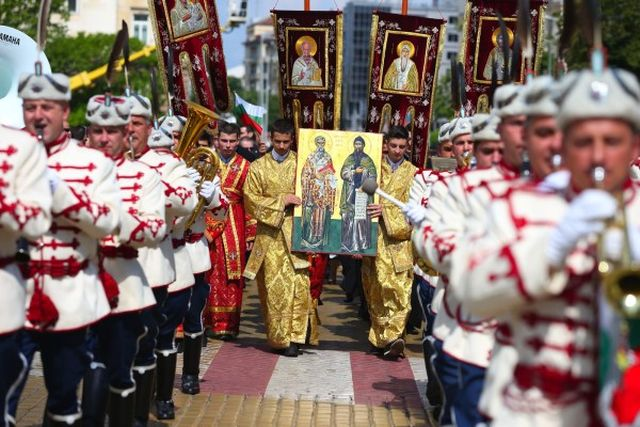 The celebratory procession for May 24, Day of the Bulgarian Alphabet and Culture, with members of the President's Guard in official parade uniforms, and members of the clergy of the Bulgarian Orthodox Church with icons of St. Cyril and St. Methodius. Photo: bTV