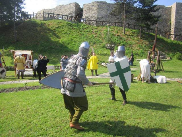 A medieval Bulgarian warrior (front) fighting a Crusader during the reenactments for the Medieval Festival in Bulgaria's Mezdra, with the Kaleto Fortress in the background. Photo: Project Lazarus Bulgaria (Facebook Page)