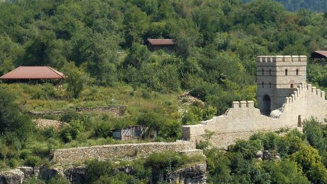 The small partly restored section of the Trapesitsa Fortress. Further restoration is being carried out with a grant from a foundation of the Azerbaijan government. Photo: BNR