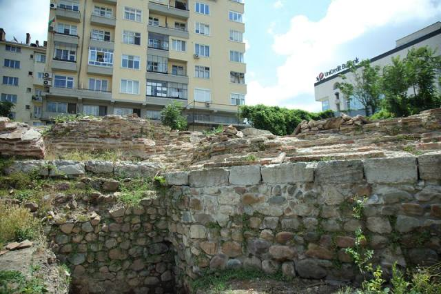 The background of these new photos of the Western Gate ruins shows the building of UniCredit Bulbank. It was because of this building's construction back in 1974 that Serdica's Western Gate was first excavated. Photos: Sofia Mayor Facebook Page