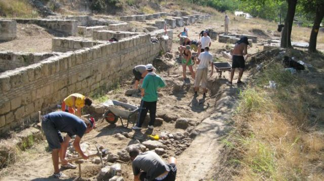 Hard physical labor is just the tip of the iceberg among the many challenges that archaeologists in Bulgaria face in their archaeological excavations and overall daily work. Photo: Kmeta