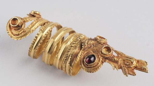 """This ring made of gold and amthyst from the 3rd-2nd century BC found in a necropolis of ancient Messembria (today's Black Sea resort Nessebar) is one of the 170 items on display in the """"Mirror of Time"""" exhibition. Photo: Krasimir Georgiev, National Institute and Museum of Archaeology"""