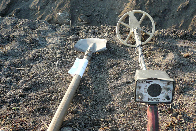 Metal detectors and shovels used by the arrested treasure hunters near Bulgaria's Petarnitsa. Photos: Interior Ministry Press Center