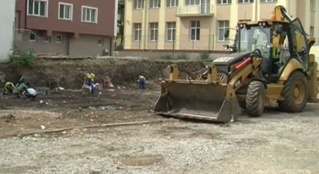 The construction site where the medieval necropolis has been discovered in downtown Vratsa is located close to a residential building and a schoolyard. Photo: TV grab from BNT