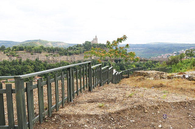 A new banister built on the Trapesitsa Hill during the restoration, with the Tsarevets Hill Fortress visible in the background. Photo: Veliko Tarnovo Municipality