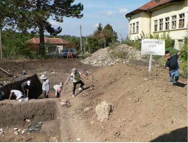 The prehistoric flint tool factory and the necropolis of its settlement have been discovered underneath the schoolyard of a now defunct elementary school in Bulgaria's Kamenovo. Photo: Razgrad Regional Museum of History