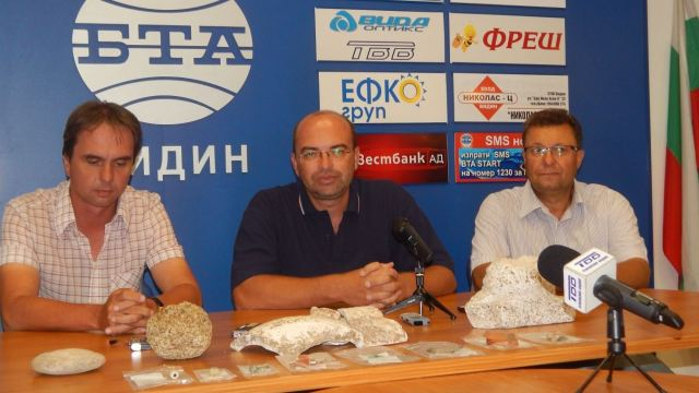 Archaeologists (L-R) Ivo Topalilov, Zdravko Dimitrov, and Ilko Tsvetkov during their news conference presenting the finds from the 2016 excavations of ancient Ratiaria in Northwest Bulgaria. Photo: Radio Vidin