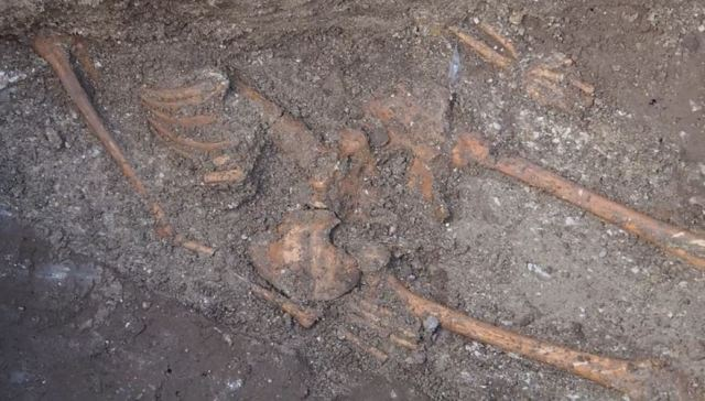 Most of the upper body part of the skeleton found in Varna was lying under the newly discovered fortress wall of ancient Odessos. Photo: TV grab from Nova TV