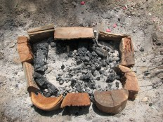 Pote dentro da fochanca / POt inside the fire pit.