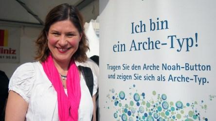 """Annette Linke, Dortmund """"Ich bin ein Arche-Typ, weil ich denke, dass wir Menschen helfen sollten, wenn sie zu uns kommen und Hilfe brauchen. Uns verbindet mehr als uns trennt."""" Foto: Sonja Strahl"""