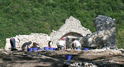 Lundo - Studenti al lavoro nello scavo della fortezza di Monte San Martino