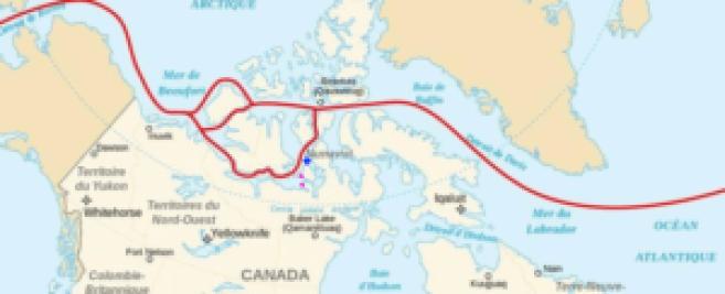 En rouge, les voies navigables possibles. En bleu, le site d'abandon des navires. En violet, le site des deux épaves.