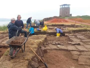 fouilles-église-lindisfarne-northumberland-angleterre