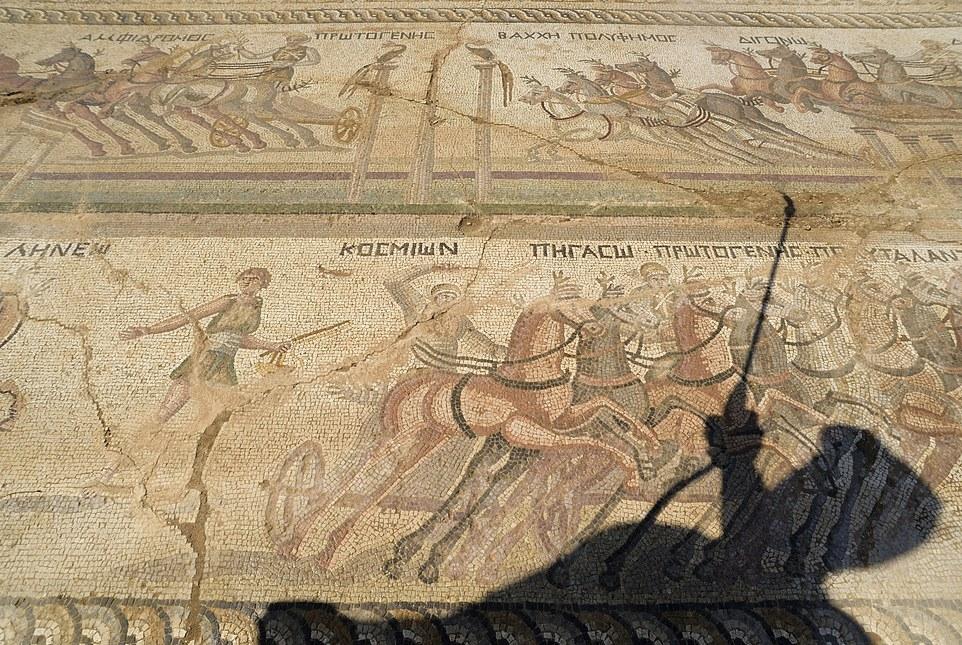 Rare mosaïque romaine représentant une course de char découverte à Chypre