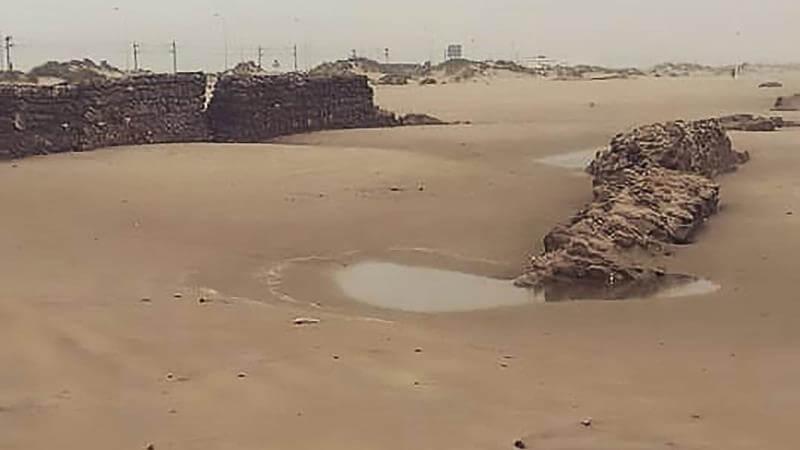 Restes d'un aqueduc romain mis à jour par une tempête à Cadix