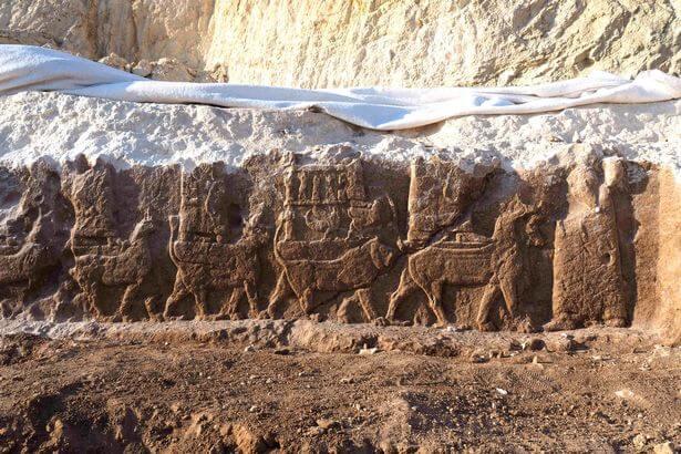 Bas-relief rupestre assyrien découverte en Irak