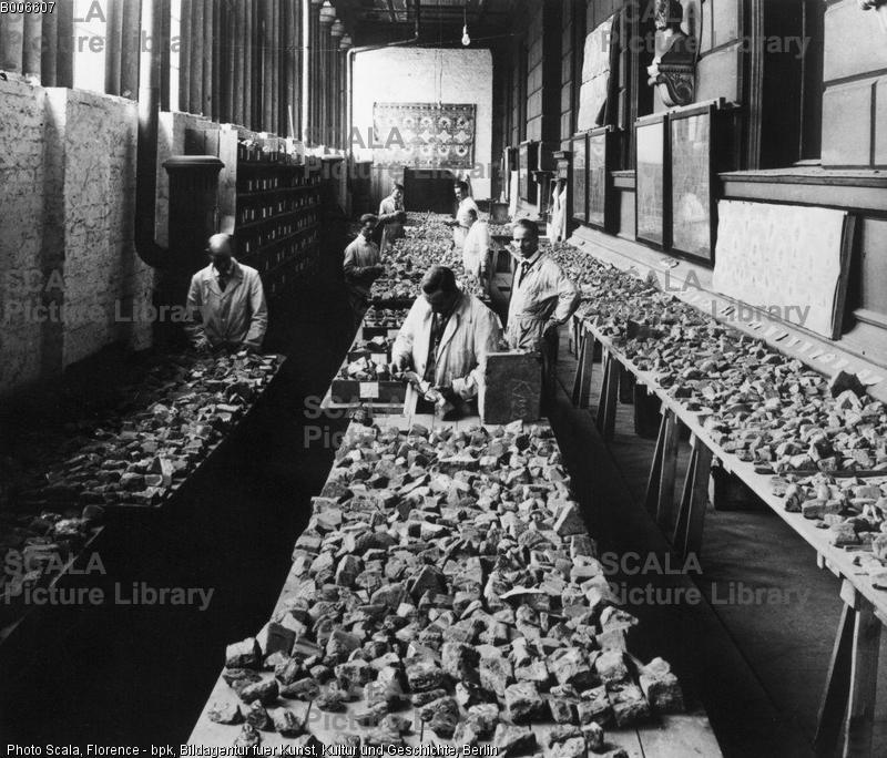 Ištarės vartų plytų fragmentai rekonstrukcijos metu. XX a. 3-io dešimtmečio pabaiga. Šaltinis: http://www.scalarchives.com/