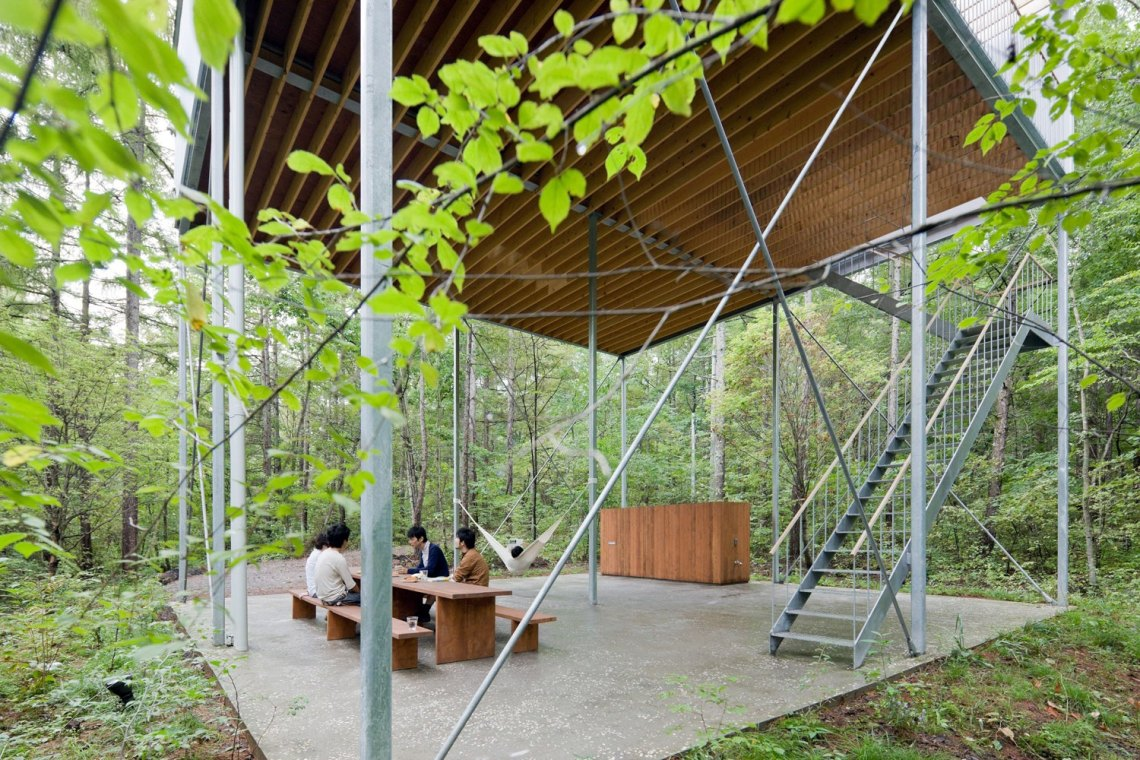 Ground level - Pilotis in a Forest House / Go Hasegawa