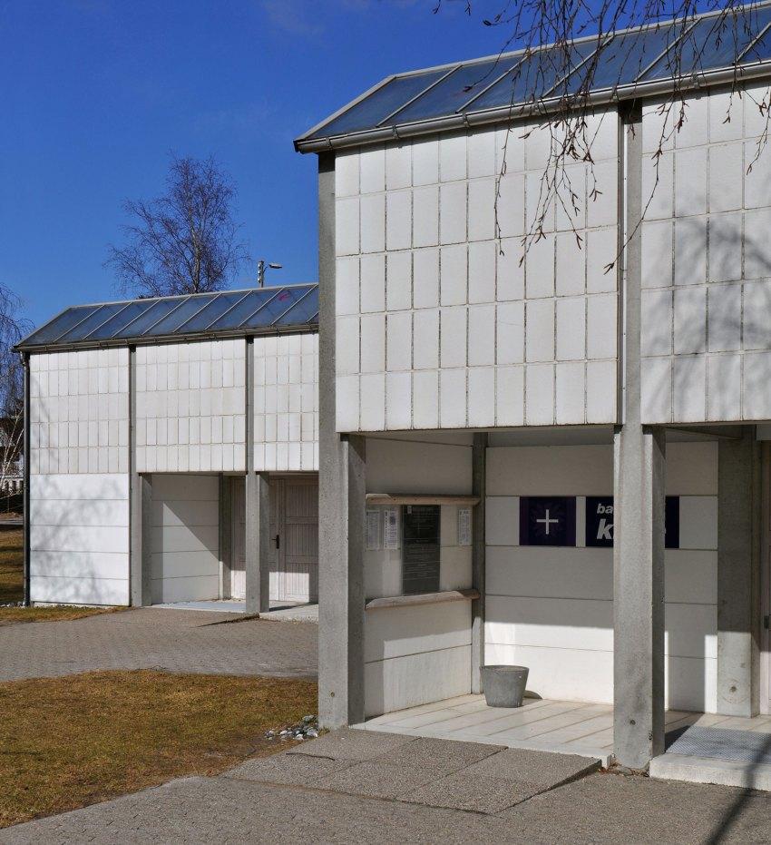 Austere Facade - Bagsvaerd Church / Jørn Utzon